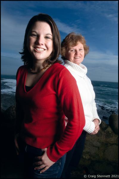 """Jessica Murphy mit ihrer Mutter Glenda. Jessica litt in ihrer Kindheit an schwerer Depression. Aufgenommen auf der Isle of Man für The Times """"Body & Soul"""".  Photographed for The Times (UK)"""