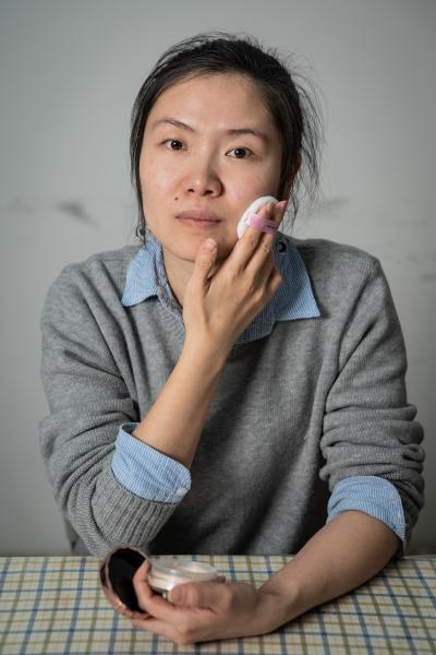 """Xiao Jia, 28, wears many hats. She's a makeup artist, a yoga coach, and a nonprofit organization staff. She lives in Beijing with her daughter and husband.      Due to illness, Xiao Jia started losing eyesight at 14, and became blind at 16. While coping with visual impairment, Xiao learned yoga, thinking the skill can become her livelihood in the future. Although she took other career path later, she regularly practices yoga. She said, """"Yoga to me is not just a work out to keep my body in shape. When I became blind and lost hope for everything, yoga changed my life."""" During COVID-19 lockdown in 2020, she started an online yoga class for people with impairment, helping other people to stay healthy and positive during a difficult period.      Xiao has a mission of influencing 10,000 women with disability with her own story. She was trained to be a professional makeup artist in 2015. Now she is working at a non-profit organization for women with disability, using her knowledge as a beautician to help women with disability to improve their self-image and confidence.    今年28岁的肖佳有很多头衔:她是一名化妆师、瑜伽教练,也是公益组织的工作人员。她和她的女儿、丈夫住在北京。      肖佳在14岁时因为病变而视力减弱,直到16岁全盲。为了应对视障带来的心理落差,肖佳学习了瑜伽,觉得可以成为以后的生计。尽管后来她选择了其他的职业道路,她依然经常练习瑜伽。她说: """"瑜伽对我而言不仅仅是保持身材那么简单。当我中途失明万念俱灰的时候,瑜伽改变了我的生命状态。""""在2020年新冠疫情期间,她在线上教瑜伽,帮助其他视障伙伴们在疫情期间保持身体和心理健康。      肖佳的理想是希望自己的故事可以影响1万名残障女性。2015年,她通过培训成为一名职业化妆师。现在她在一家公益机构,通过她化妆师的技能帮助残障女性提升个人形象,突破自我,建立自信。"""