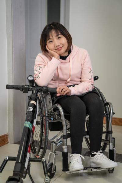 Ye Linna, 28, from Korla, Xinjiang, is a newcomer to Beijing. She moved to Beijing in late 2018 for a workshop to learn how to live independently with disabilities. Her experience in Beijing left such an impression on her that she decided to find a job and stay in Beijing after the workshop. She now works in the finance department of a company. The company allows her to work on a flexible schedule to accommodating her commuting on a wheelchair. She's happy with her life because it gives her the sense that she's living and working in a big city just like any other young people.      She has a deep attachment to her hometown, but it's hard for her to move around in a wheelchair without her parents' help. She said there's barely any accessible facilities in Korla. When she went to school there, her parents had to carry her up the stairs to her classroom everyday. Her life in Beijing is much easier with public transportations, ramps and accessible bathrooms everywhere. Plus, she's made friends of her age who have similar challenges, which makes her feel stronger and more capable to overcome all the difficulties she faces.      叶琳娜来自新疆库尔勒。今年28岁的她,已经搬到北京生活2年多了。2018年底因为一个独立生活营的机会,叶琳娜来到北京,几个月在北京的生活让她决定留在这里,并找了工作。她现在在一家公司做财务,公司为了她上班方便,允许她弹性的工作时间。她对现在的生活很满意,因为她觉得自己过上了和像其他在大城市里奋斗的年轻人一样的生活。      叶琳娜十分热爱她的家乡,但是在老家坐轮椅离不开父母帮忙。她说库尔勒的无障碍设施还很少。在她上学的时候,她的爸爸每天要抱她上下楼。而在北京,大部分公共交通的无障碍设施、坡道和无障碍卫生间都使独立出行变得方便许多。在北京,她还认识了同龄的轮椅党伙伴,和大家交流让她可以更加坚强的面对各种各样的困难。