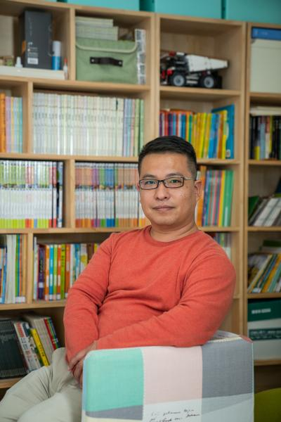 """Liang Ning, 42, is currently a stay-at-home dad. He also helps his wife run a calligraphy studio, taking care of poster design and social media for the studio.      Liang used to work in advertisement. During his 20 years in the business, he's worked as a sales, copy writer, designer and creative director. He is a quick learner and he's proud that he's good at the job he does. He became a full-time dad at 40 to take care of his daughter, but he didn't stop learning new things. He's currently learning video editing software in his spare time, following the trend of the short video boom.      Liang has a shorter stature because of a rare genetic disorder. Since he was a kid, he believes that he can do anything just like the others even though he looks slightly different. He remembers back in the days he felt comfortable at people staring at him. Now this rarely happens thanks to increasing awareness of disabilities in the public. """"People with disabilities don't need other people's sympathy. What we need is recognition of our abilities, which allows me to express ourselves and to work just like anyone else."""" Liang said.      梁宁今年42岁,目前是一名全职爸爸。他同时帮妻子打理书法工作室的宣传工作,负责设计海报、运营社交媒体。      梁宁在广告行业有20年的工作经验。他做过销售、文案、设计、创意总监。他学东西很快,在自己的行业有所建树。他在40岁离职,开始全职照顾女儿,但他并没有停止学习新技能。看到短视频的兴起,梁宁正在学习视频剪辑。      因为一种遗传的罕见病,梁宁比其他人略矮一些。尽管他和其他人有不同之处,他从小就相信自己可以做任何其他人能做到的事。他还记得小时候经常有人会盯着他看,让他感到不适。现在随着大众对残障的认知有所提升,就很少出现这种问题了。她说:""""  残  障人其实不太需要同情。我们需要的是认可,让我们  可以  像正常人一样的表达自己、一样的工作,就可以了。  """""""