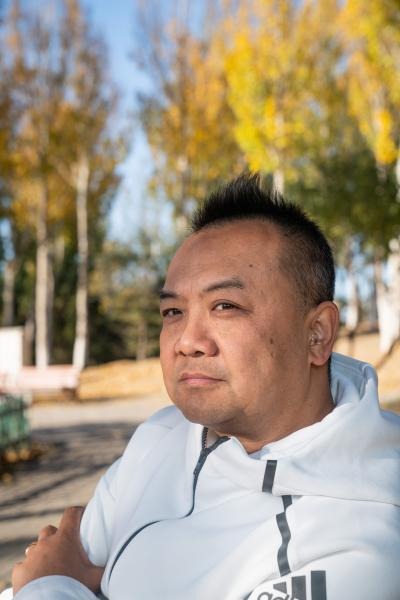 """Yang Guang, 49, used to love singing. Due to genetic conditions, he lost hearing in one ear at 40. Coping with hearing impairment was difficult for him in the beginning, and it took him a year to get used to it. He wants to be the bridge between people with disabilities and those without.      Yang's day job is event organizing. He brings his professional skills and resources to his volunteer work for the disability community. He's organized poetry reading competition for people with disabilities. He says it's rewarding to see how being on stage can boost people's confidence and self-esteem, as people with disabilities rarely have the opportunity to showcase their talents. He's also partnered with private companies to organize charity run to raise funds for vulnerable communities.      People with disabilities are always mocked in comedy in China. Yang thinks it only perpetuates stereotypes about people with disabilities. His ambition is to create a stand-up comedy show that showcase people with disability. """"We live with disabilities, so we don't need to imitate. Moreover we can tell you what our life is like, and what we are thinking about.""""  Yang said.      杨光今年49岁,他曾经很爱唱歌。由于遗传,他在40岁时失去了一边的听力。最开始,适应听障是一个很痛苦的过程,他用了一年时间适应后,决定要做残障和非残障群体之间的桥梁。      杨光的职业是活动策划。他把他本职工作上积累的经验和资源带到了助残的志愿工作中。他为残障人组织过诗朗诵比赛,看到很少有机会在专业舞台上展示自我的残障人如此自信,让杨光感到欣慰。他还和企业合作组织慈善跑活动,为弱势群体募捐。      中国的相声小品经常取笑残障群体。杨光认为这种刻画只会增加社会对残障群体的刻板印象。他的一个理想是组织残障群体自己的脱口秀节目。他说:""""我是真的残障我不用装,也不是卖丑。我要告诉你我的生活状态,我的精神状态是什么。  """""""
