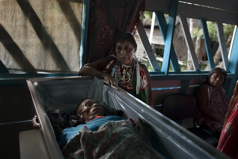 Few hours after the decease, the family of a man with HIV is holding a wake over him in San Francisco de Guayo´s shantytown, one of the poorest of the entire Latin America. A few independant investigations indicate that a range in between 40% and 80% of the Warao tribe are infected with HIV, whereas Venezuelan government does not support oficial numbers.
