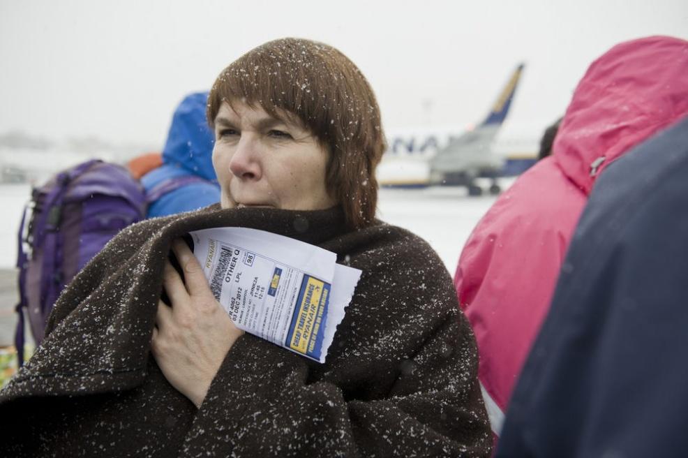 Art and Documentary Photography - Loading M.Kavaliauskas_travelAIR_49_12_1203-AVIA-Vilnius-sniegas-Ryanair_0020.jpg